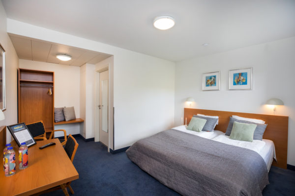 Hotel Only Sleep Slagelse, Dobbeltværelse, dobbeltseng, skrivebord, stole, klædeskab, spejl