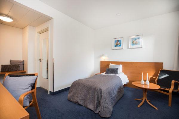 Hotel Only Sleep Slagelse, enkeltmandsværelse, seng, skrivebord, stol, dør, vindue, gardiner