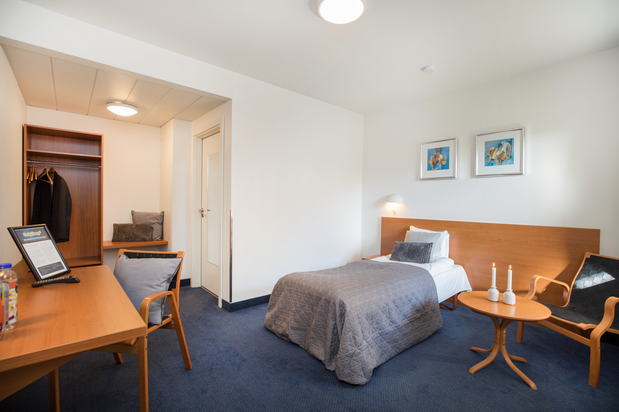 Hotel Only Sleep Slagelse, enkeltmandsværelse, seng, klædeskab, skrivebord, stol, dør, vindue, gardiner