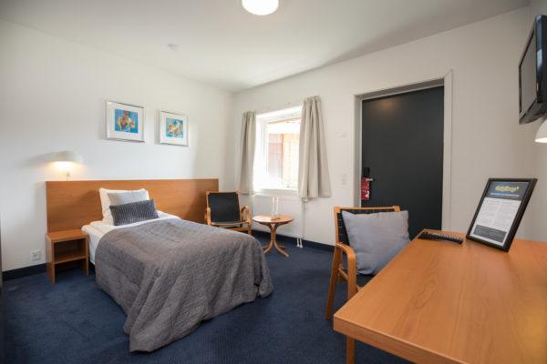 Hotel Only Sleep Slagelse, enkeltmandsværelse, seng, TV, skrivebord, stol, dør, vindue, gardiner