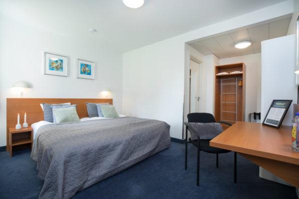 Hotel Only Sleep familieværelse, dobbeltseng, køjeseng, skrivebord, stol, køjeseng, TV