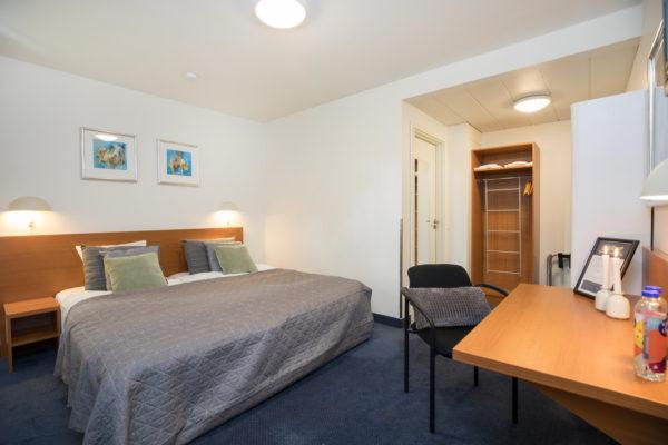 Hotel Only Sleep familieværelse, dobbeltseng, køjeseng, skrivebord, stol, klædeskab, køjeseng