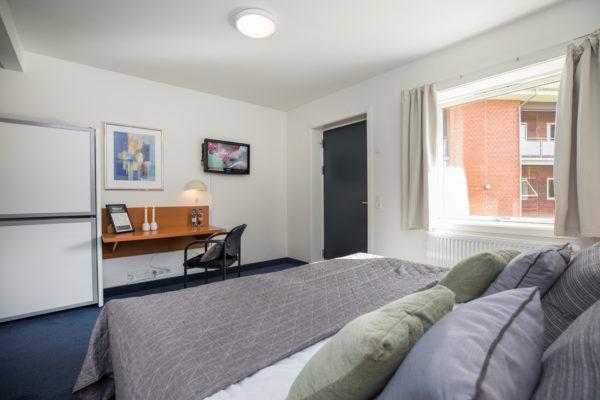 Hotel Only Sleep familieværelse, dobbeltseng, køjeseng, skrivebord, stol, fjernsyn, vindue, radiator, dør, gardiner
