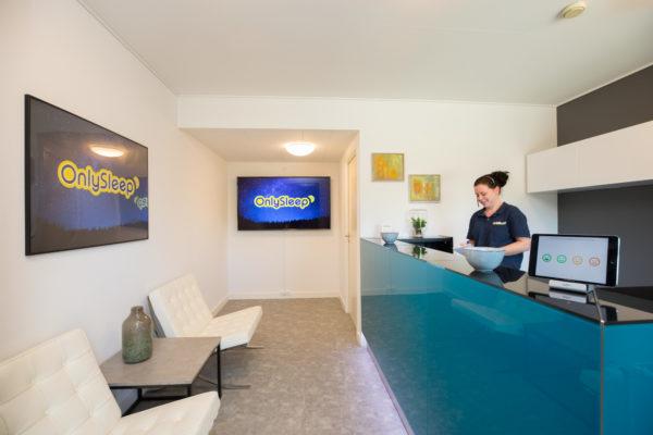 Hotel Only Sleep, Slagelse, Reception, disk, medarbejder, stole, billeder, Ipad,