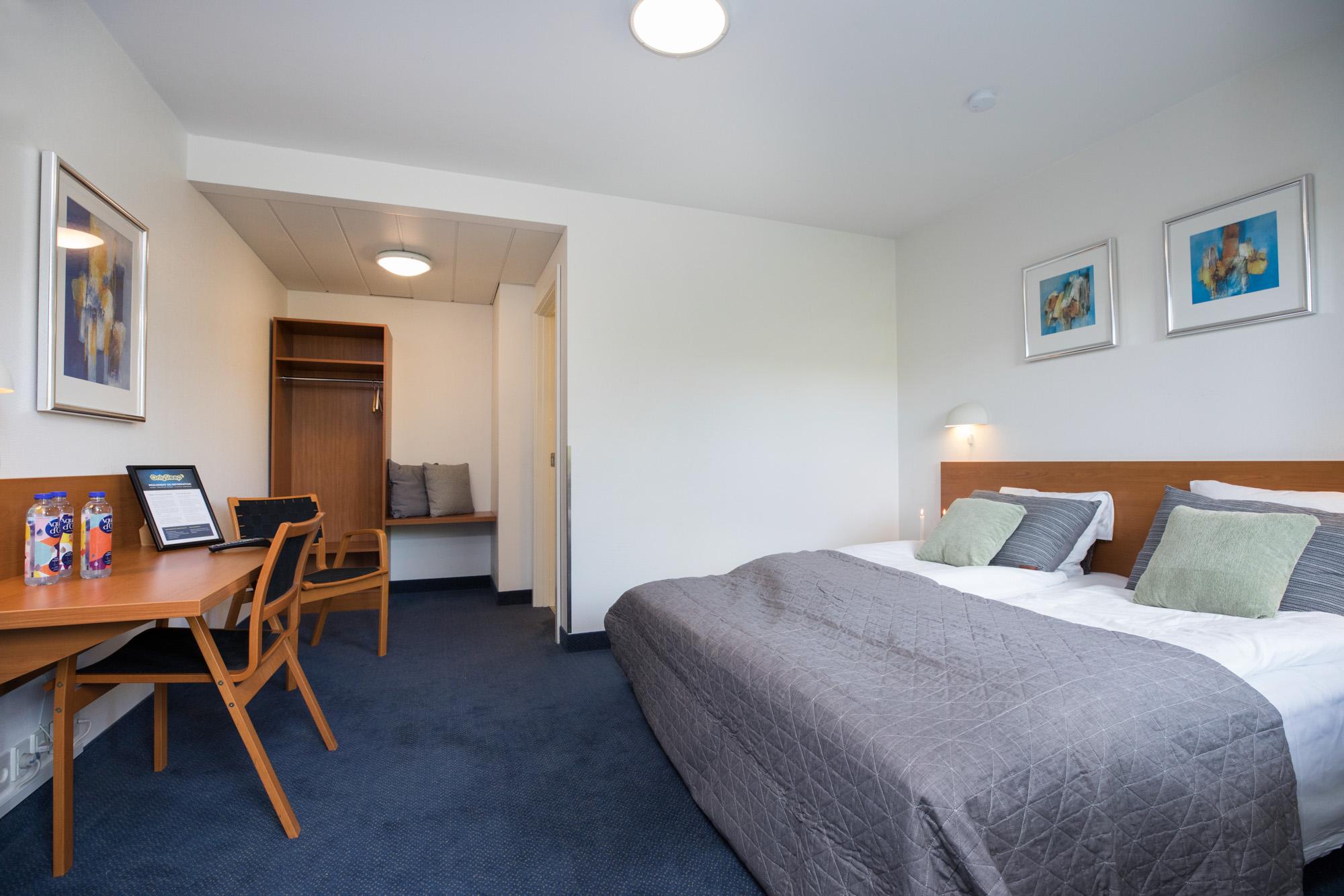 Hotel Only Sleep Slagelse, Dobbeltværelse, dobbeltseng, skrivebord, stole, klædeskab