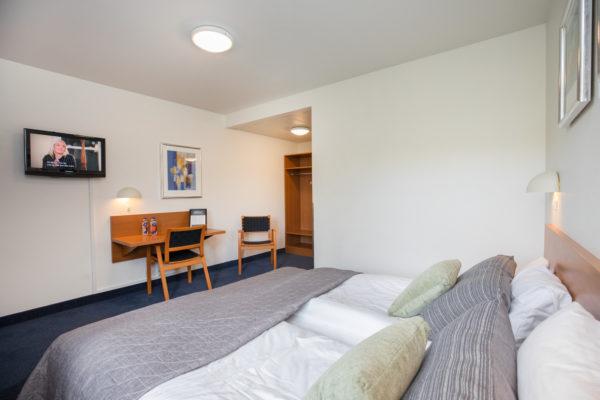 Hotel Only Sleep Slagelse, Dobbeltværelse, dobbeltseng, skrivebord, stole, klædeskab, spejl, TV